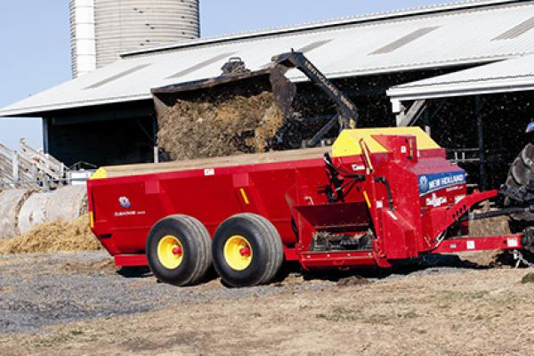 New Holland | DuraTank™ Side-Delivery Spreaders | Model Duratank 2000S