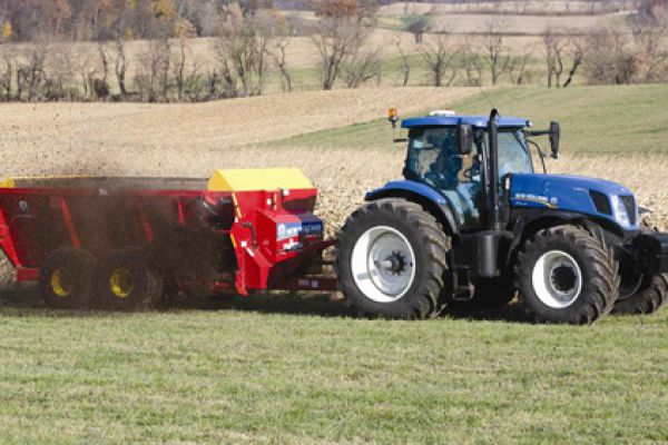 New Holland | DuraTank™ Side-Delivery Spreaders | Model Duratank 2600S